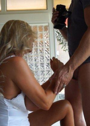 Блондинка с красивыми дойками в белом белье делает качественный минет - фото 4