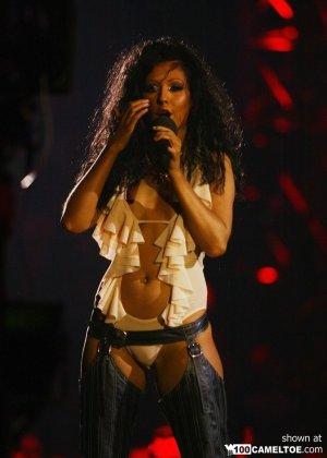Подборка фото знаменитостей которые выступают без нижнего белья - фото 8
