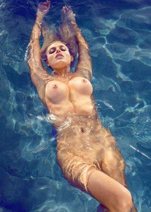 Знойная красотка Моника Симс разделась около бассейна, показав миру свои очаровательные сиськи - фото 7