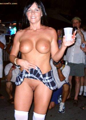 Подборка девушек которые ходят с открытой грудью в публичных местах - фото 17