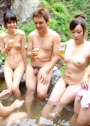 Горячие японские парочки занимаются сексом прямо в воде и получают удовольствие от этого разврата - фото 4