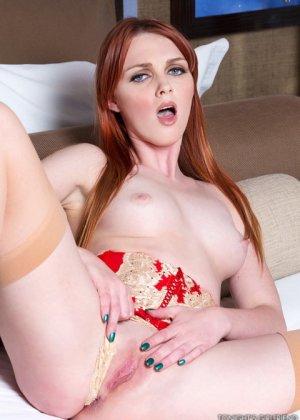 Рыжеволосая Мэри МакКрей раздвигает ножки и садится на член похотливого мужчины - фото 12