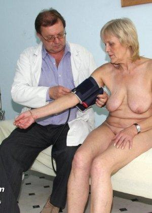 Женщина подставляет свою пизду для осмотра гинекологом и рада, когда ей вставляют вибраторы - фото 5