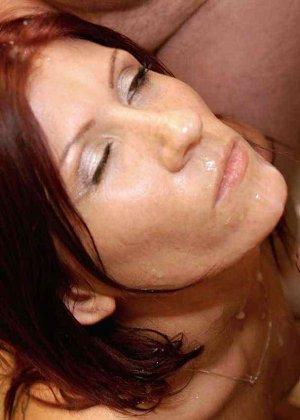 Зрелая рыжеволосая тетка обливает свое лицо большим количеством спермы - фото 13