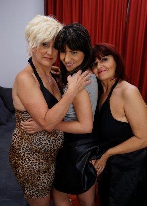 Три женщины показывают, как они умеют развлекаться в обществе друг друга, искусно орудуя язычками - фото 1