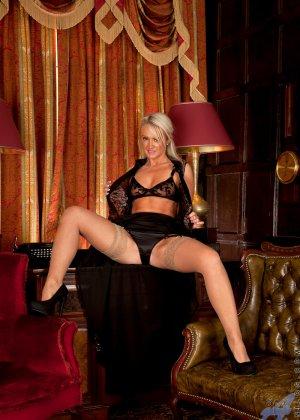 Опытная блондинка знает, как правильно встать, чтобы показать всю свою сексуальность с выгодных ракурсов - фото 3