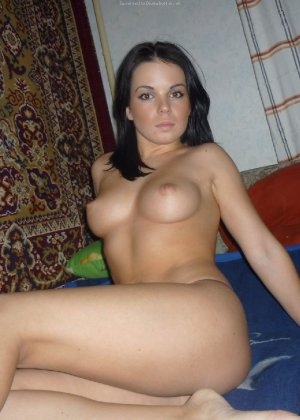 Брюнетка с красивым телом показывает свою круглую грудь перед мужем - фото 3