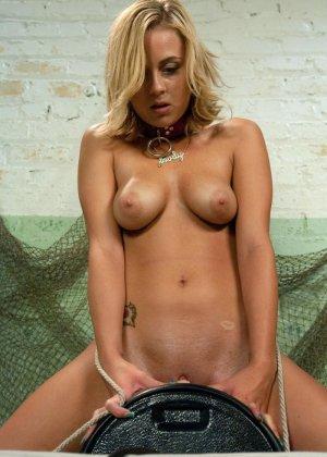 Блондинка устраивает секс соло, у нее есть очень большие резиновые пенисы - фото 21