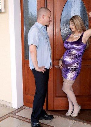Горячая беременная блондинка быстро соблазняет мужчину и он с удовольствием трахает ее - фото 14