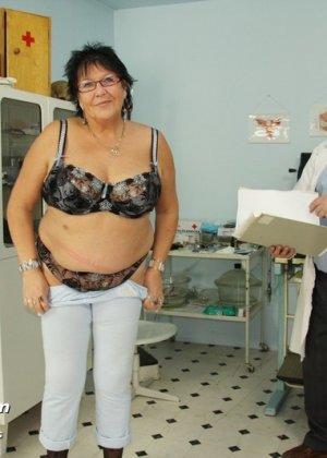 Пожилая женщина приходит на гинекологический осмотр и мужчина профессионально проводит прием - фото 1