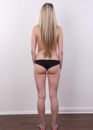 Послушная блонда в татушках вертится перед камерой, как этого от нее требуют - фото 6