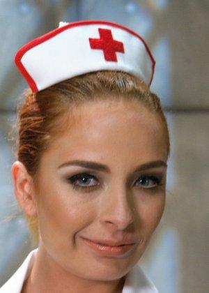 Сексуальная медсестра Эшли Грекхем зашла в палату осмотреть пациента, а он ее выебал в жопу прямо на своей кровати - фото 2