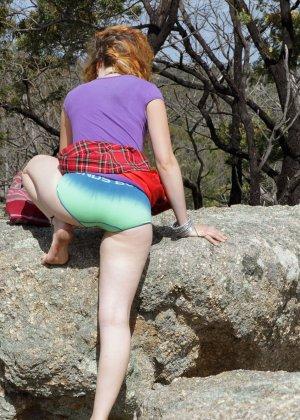 Распутница устраивается на природе, чтобы показать все свои укромные местечки - фото 1- фото 1- фото 1