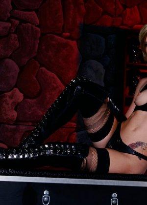 Майя Дэвис обличается в сексуальный наряд и показывает свое красивое тело всем мужчинам - фото 12