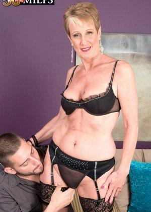 Горячая зрелая сучка очень хочет секса, поэтому с радостью подставляет свою пизду молодому мужчине - фото 3
