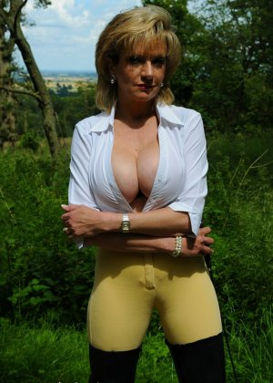Леди Соня показывает свою задницу в облегающих брюках и поражает объемом груди - фото 15