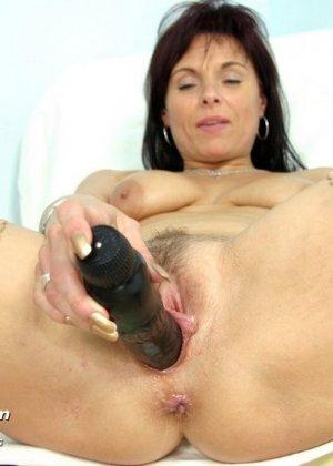 Зрелая дамочка приходит к опытному гинекологу, чтобы подставить дырочку для качественного осмотра - фото 13