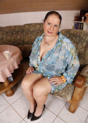 Зрелая леди с большой грудью соблазняет своих преданных поклонников - фото 1