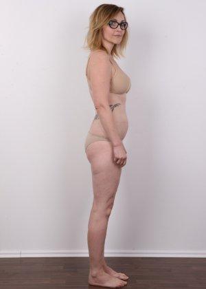Опытная дамочка решает принять участие в чешском кастинге и показывает свое немолодое тело - фото 4