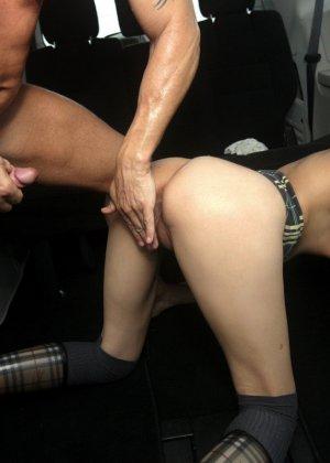 Худая потаскушка в серых чулках получила довольно хороший оргазм - фото 9