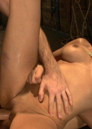 БДСМ с элементами жестокого порева заканчивается самым ярким оргазмом в жизни брюнетки - фото 21