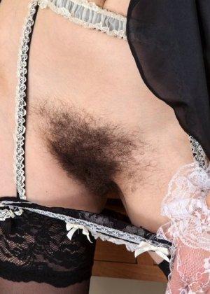 Волосатая вагина возбудит не каждого, но эта брюнетка явно не желает брить свою киску - фото 6