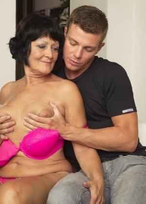 Молодой красавчик доставляет удовольствие зрелой женщине, даря ласке ее немолодой груди - фото 12