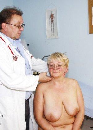 Женщина в возрасте приходит показаться врачу, а он устраивает ей хороший осмотр с пристрастием - фото 3