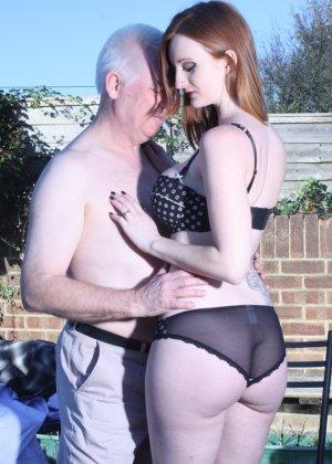 Пожилому мужчине очень повезло - ему отдается молодая телочка и удовлетворяет его желания - фото 6