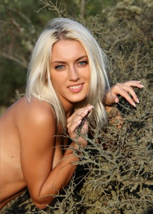 Блондинка на природе позирует перед фотоапаратом в сексуальных позах - фото 30