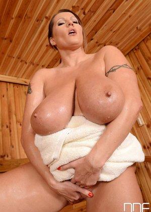 Лаура Орсоля обладает весьма пышным бюстом, который она демонстрирует перед всеми свое превосходство - фото 6