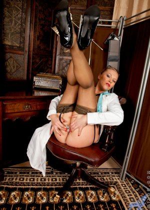 Сочная медсестра занимается мастурбацией своей промежности у себя в кабинете - фото 9