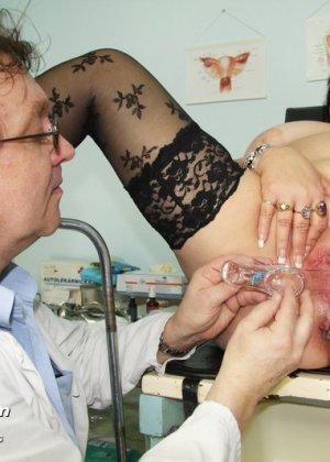 Пожилая женщина приходит на гинекологический осмотр и мужчина профессионально проводит прием - фото 8
