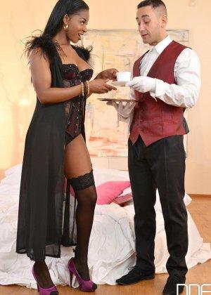 Черная девушка с бритой киской занимается горячим сексом с белым парнем - фото 2