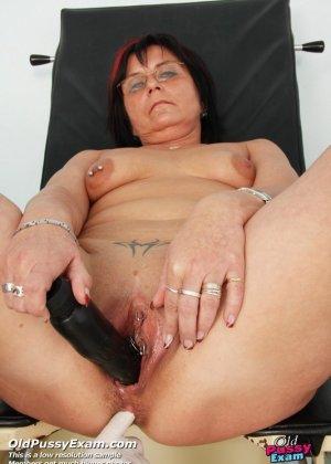 Зрелая женщина приходит на прием к гинекологу, раздвигает ноги и с удовольствием дает себя осмотреть - фото 12