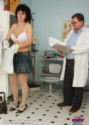 Развратный доктор устраивает зрелой женщине тщательный осмотр – она совсем не ожидала такого - фото 1