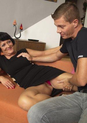 Молодой красавчик доставляет удовольствие зрелой женщине, даря ласке ее немолодой груди - фото 9