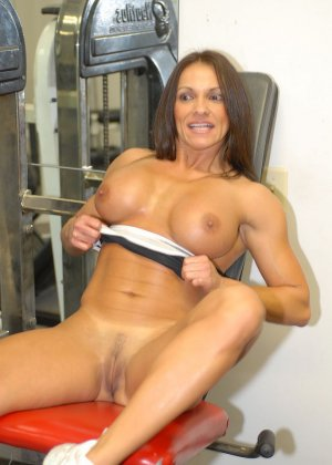 Опытная женщина занимается в спорт-зале, а в итоге оказывается между двумя мужскими членами - фото 2