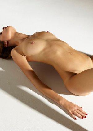 Девушка обладает идеальной фигурой, поэтому она показывает себя без всякого стеснения и стыда - фото 13