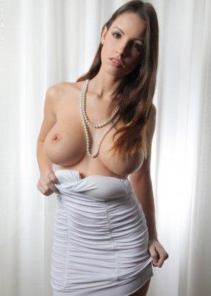 Молодая телка обнажает свою грудь и крутится во дому в голом виде - фото 3