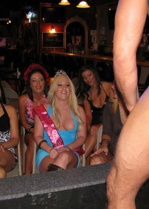 После тусовки молодые красотки развлекаются с парнями и их членами - фото 4