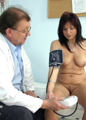 Гинеколог очень любит рассматривать женские влагалища, поэтому делает это с особым удовольствием - фото 2