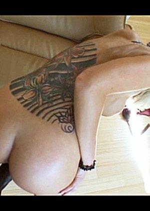 Горячая блондинка, с татуировкой на всю спину, ебется с озабоченным негром и принимает всю его сперму на лицо - фото 11