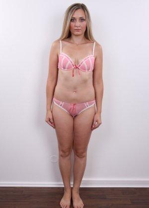 Девушка с хорошим телом показывает себя без одежды, участвуя в кастинге – все ее части тела очень соблазнительны - фото 3