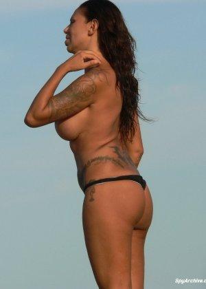 Горячая пышная дамочка в татуировках загорает на пляже и совсем не стесняется обнажаться - фото 7