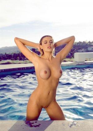 Знойная красотка Моника Симс разделась около бассейна, показав миру свои очаровательные сиськи - фото 11