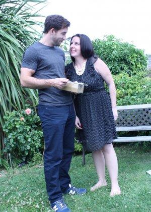 Пышная дамочка соблазняет симпатичного мужчину и с удовольствием отдается ему - фото 1
