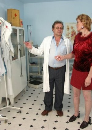 Зрелая Мила в очках расставляет ноги перед развратным доктором и разрешает ему рассмотреть себя всю - фото 1