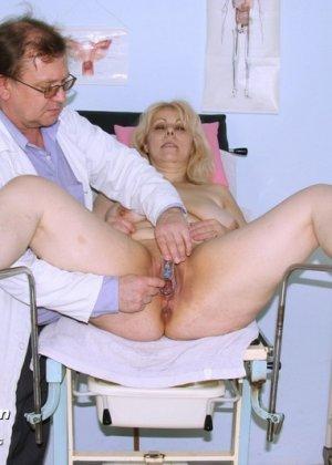 Женщина в зрелом возрасте приходит к гинекологу, чтобы подставить для осмотра свои отверстия - фото 11