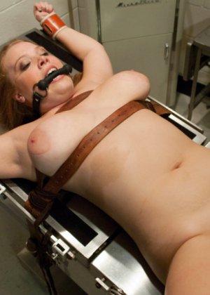 Пышногрудая шатенка пришла на осмотр к гинекологу, а тот оказался специалистом высокого класса – связал ее и выебал - фото 8